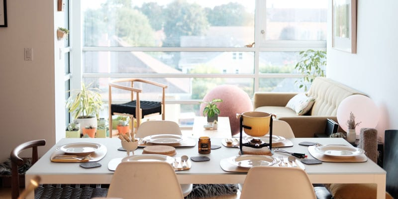 Gedeckter Tisch in einem Büro